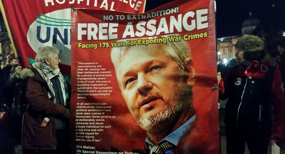 Deux femmes à une manifestation anti-OTAN pour dénoncer le traitement du fondateur de WikiLeaks, Julian Assange