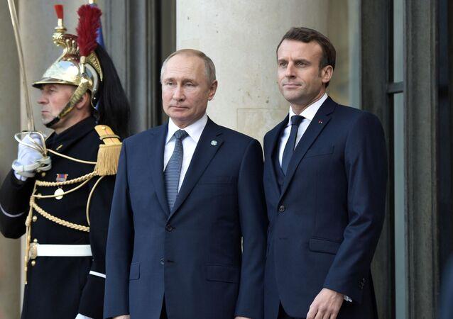 Vladimir Poutine accueilli par Emmanuel Macron en France, image d'archives