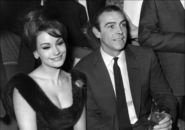 Claudine Auger et Sean Connery en 1965