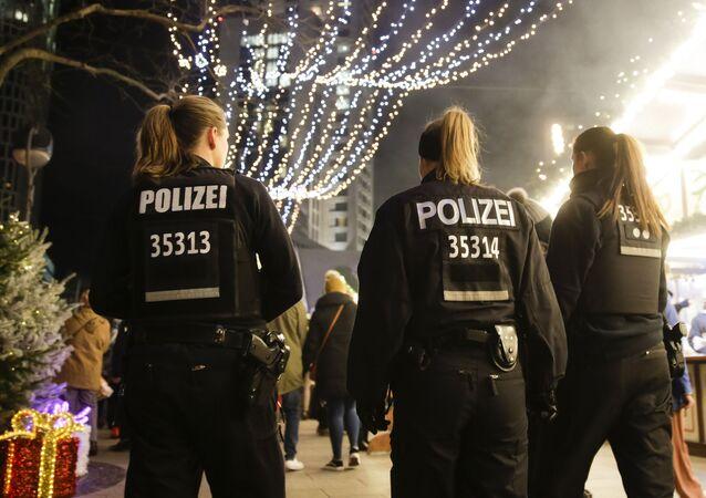 Policiers en train de patrouiller le marché de Noël de Berlin le 18 décembre 2017 (image d'archive)