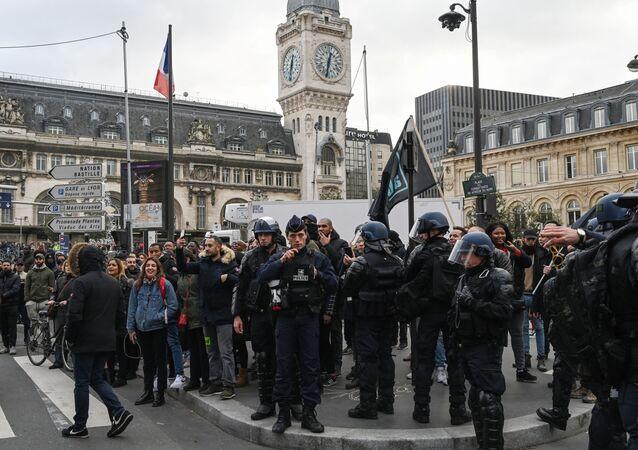 Des policiers mobilisés pour la manifestation du 23 décembre 2019, à la gare de Lyon