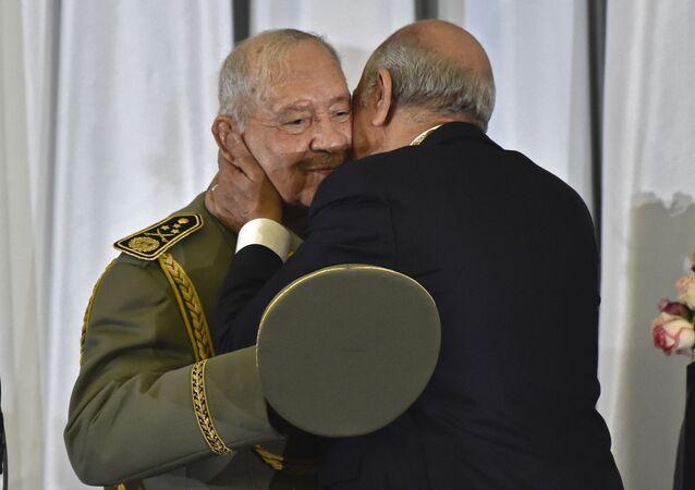 Le nouveau Président algérien Abdelmadjid Tebboune embrasse le général Ahmed Gaid Salah au cours de sa cérémonie d'investiture à Alger.