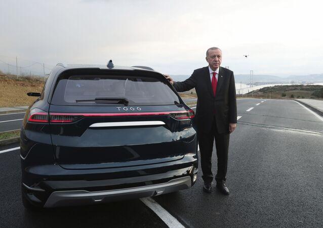 Recep Tayyip Erdogan à côté de la première voiture électrique turque