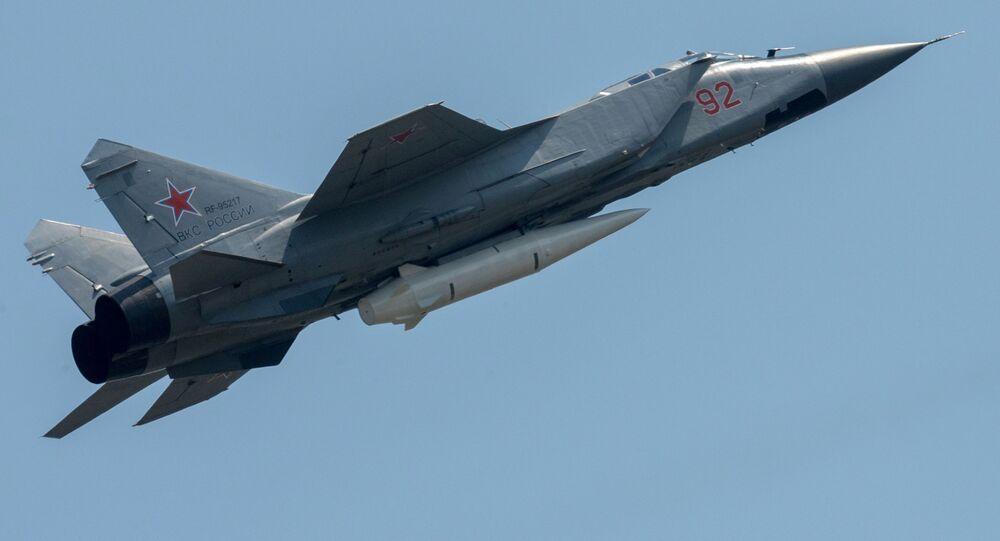 Un MiG-31 portant un missile Kinjal