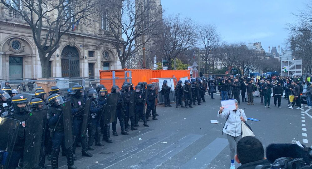Les opposants à la réforme des retraites, rejoints par les Gilets jaunes, dans les rues de Paris