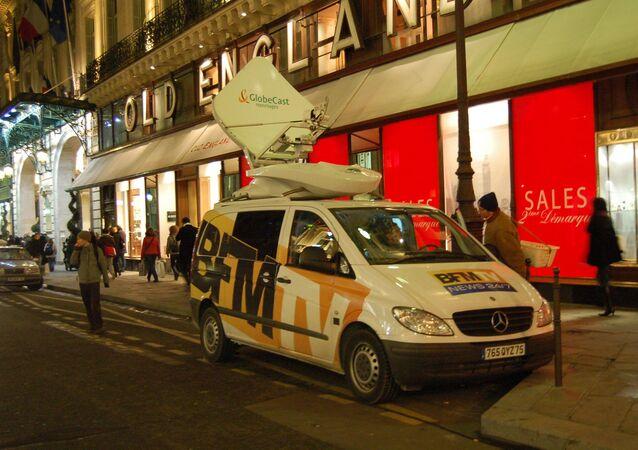 Un véhicule satellite de la chaîne française d'information en continu BFM TV près de l'Opéra Garnier.