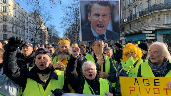 Les Gilets jaunes et des syndicats dans les rues de Paris pour manifester contre la réforme des retraites - Sputnik France