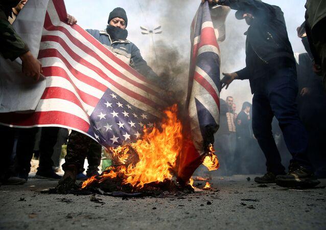 Des manifestants brûlent les drapeaux américain et britannique lors d'une manifestation contre l'assassinat du général iranien Qassem Soleimani