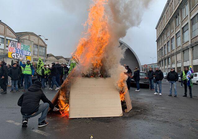 Action surprise des grévistes contre la réforme des retraites à la gare de Lyon 7 janvier 2020