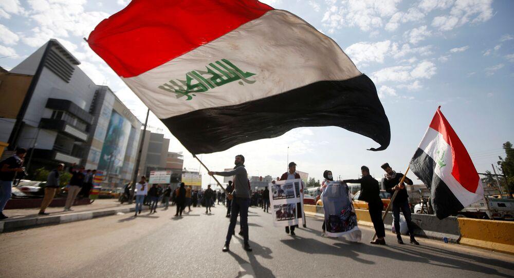 Des étudiants universitaires assistent à une manifestation contre les interventions des États-Unis et de l'Iran, à Bassora