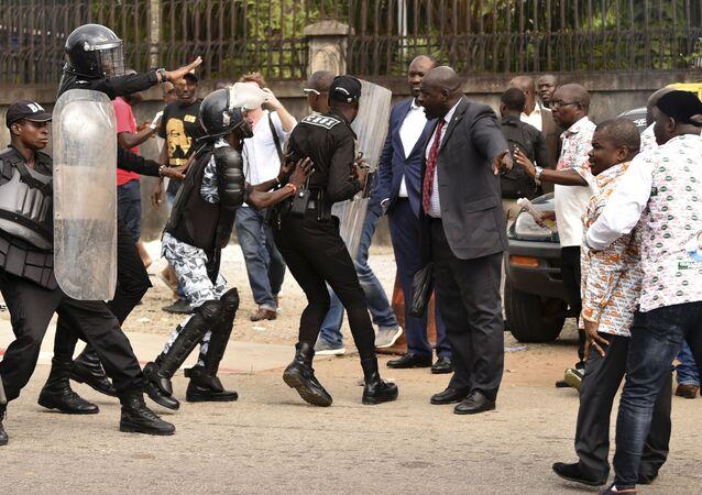 Des policiers anti-émeutes face aux membres du GPS (le parti de Guillaume Soro).