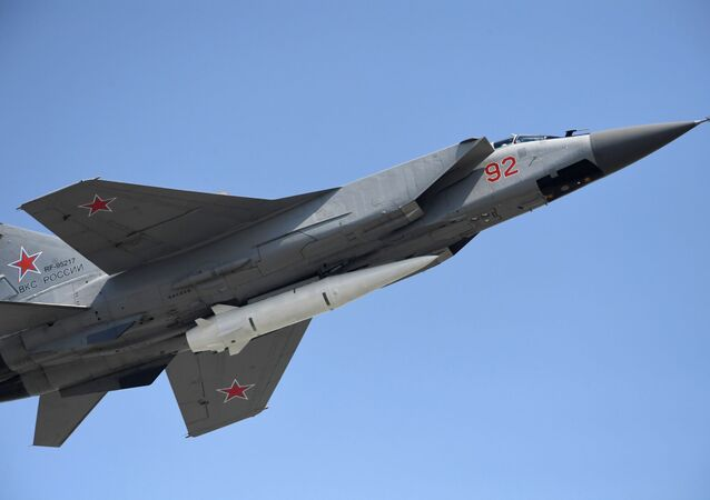 Un chasseur multirôle MiG-31 doté d'un missile hypersonique Kinjal