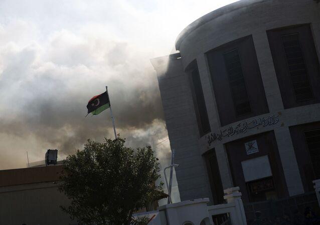 La fumée monte après une attaque contre le bâtiment du ministère des Affaires étrangères, à Tripoli (photo d'archives)
