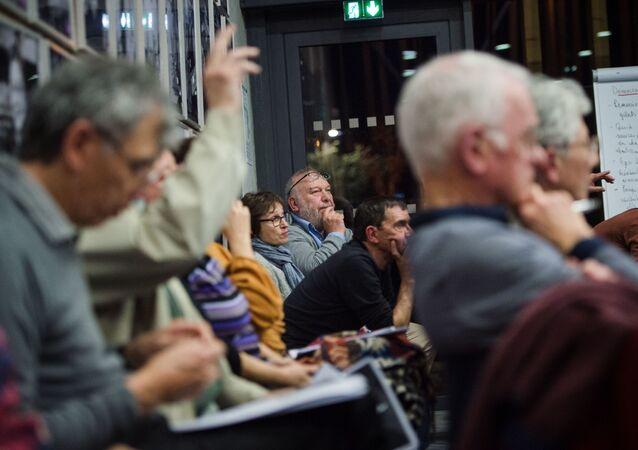 Des Français attendant le début du débat à Bollène, dans le cadre du Grand débat national. Février 2019