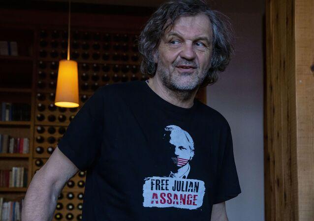 Emir Kusturica dans un T-shirt portant l'inscription «Liberté pour Julian Assange»