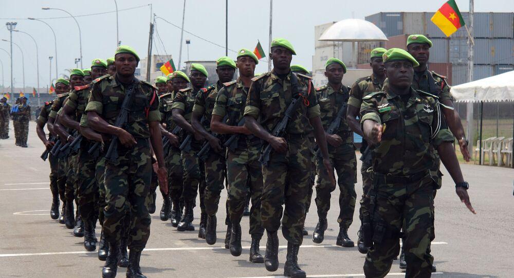 Les troupes camerounaises défilent pour le 50e anniversaire de l'indépendance à Douala.