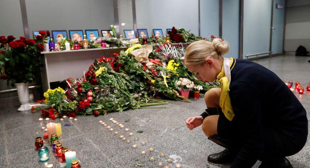 Des photos des membres d'équipage du Boeing ukrainien abattu en Iran exposées à l'aéroport de Kiev