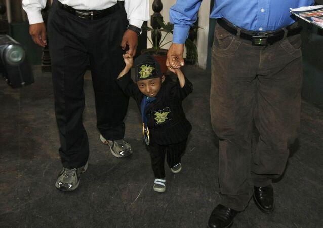 Le plus petit homme du monde qui pouvait marcher, le Népalais Khagendra Thapa Magar