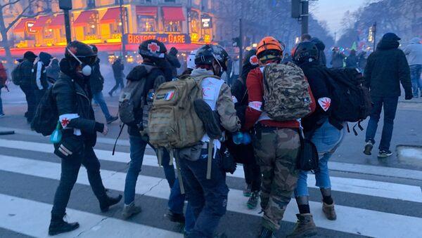 Des street medics évacuent un blessé hors de l'acte 62 des Gilets jaunes, le 18 janvier 2020 - Sputnik France