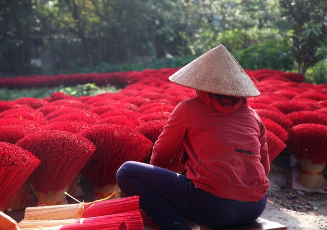 Fabrication artisanale de bâtonnets d'encens dans un village vietnamien