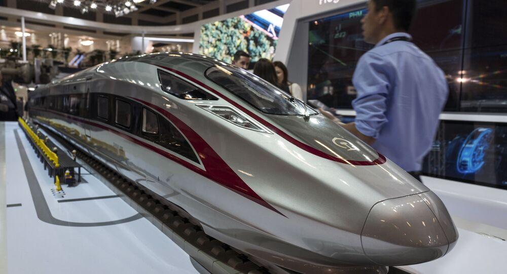 Une maquette du « Fuxing », le train à grande vitesse chinois, au salon du transport ferroviaire Innotrans à Berlin, le 19 septembre 2018.