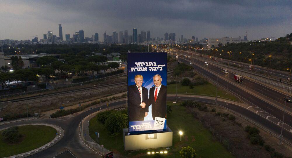 Un énorme panneau d'affichage de la campagne électorale du Likoud montre le Premier ministre israélien Benyamin Netanyahou et le Président américain Donald Trump à Tel Aviv, Israël, dimanche 8 septembre 2019
