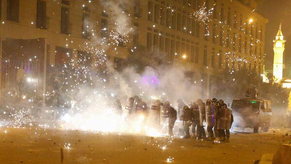 Des feux d'artifice sont déclenchés devant des policiers en position derrière des boucliers anti-émeute lors d'une manifestation contre une élite dirigeante accusée de conduire le Liban vers la crise économique à Beyrouth, Liban, le 18 janvier 2020. - Sputnik France