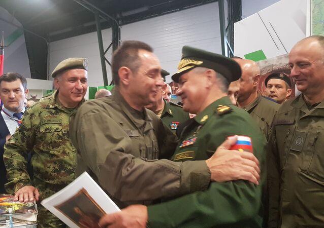 Le ministre serbe de la Défense Aleksandar Vulin et son homologue russe Sergueï Choïgou en finale du biathlon en chars d'assaut
