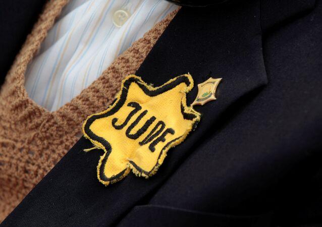 Étoile jaune portée par un survivant de la Shoah né en Pologne, photo d'illustration