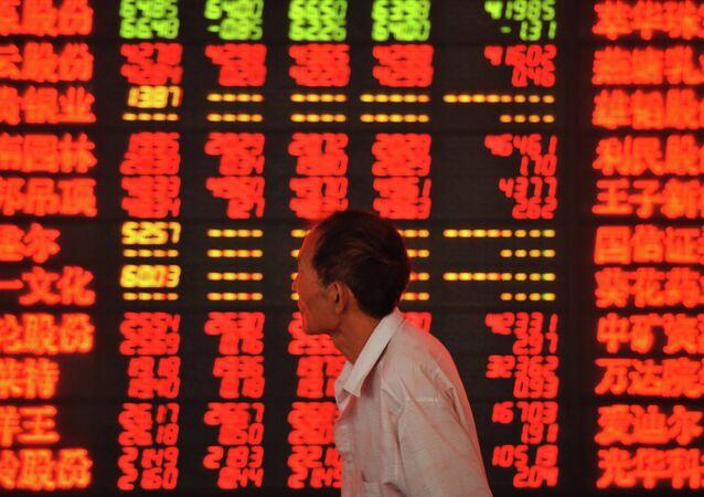 Un investisseur vérifie les cours de bourse (image d'illustration)