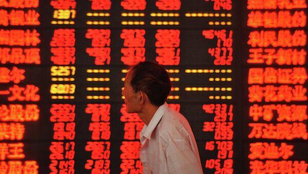Un investisseur vérifie les cours de bourse (image d'illustration) - Sputnik France