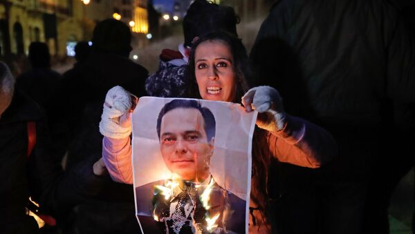 Une manifestante brûle un portrait du Premier ministre libanais Hassan Diab à Beyrouth le 22 janvier 2020. - Sputnik France