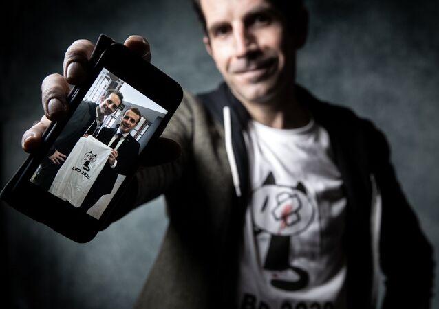 Dessinateur Julien Berjeaut avec une photo avec le Président
