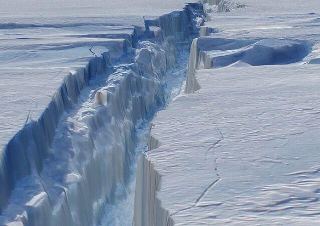 La fissure dans le glacier de Pine Island en Antarctique