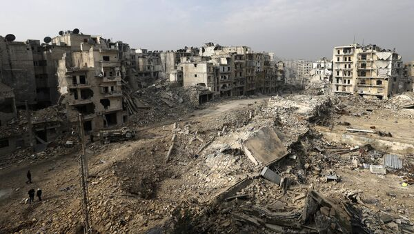 In this picture taken Friday, Jan. 20, 2017 from the balcony of the Abdul-Hamid Khatib home, people walk through mounds of rubble which used to be high rise apartment buildings in the once rebel-held Ansari neighborhood in the eastern Aleppo, Syria - Sputnik France