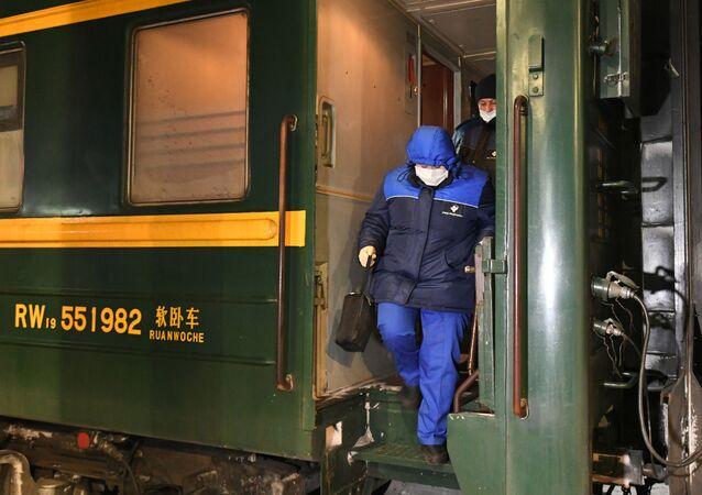 Une équipe médicale dans un train Moscou-Pékin arrivé à Krasnoïarsk (arhive photo)
