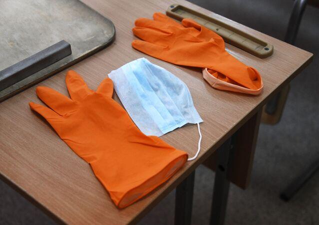 Des gants médicaux et un masque de protection