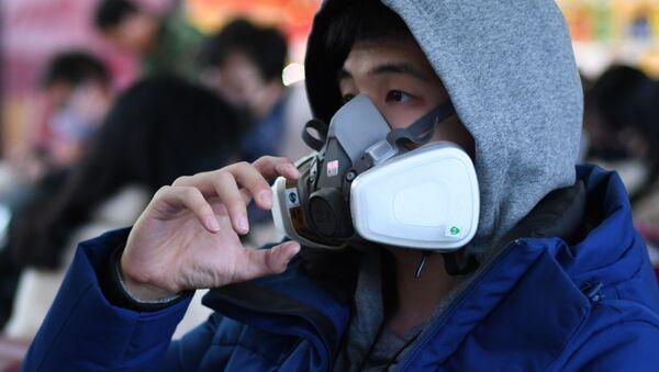 Пассажир в маске на вокзале в Пекине  - Sputnik France