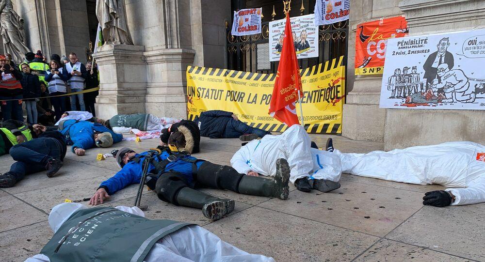 Rassemblement de la Police scientifique et la Fonction publique devant l'Opéra Garnier contre la réforme des retraites