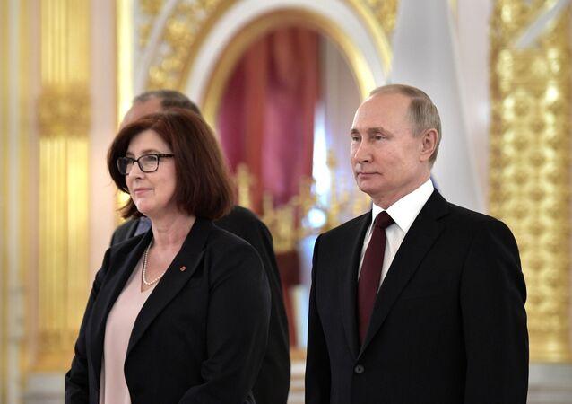 L'ambassadrice du Canada en Russie Alison Mary LeClaire et le Président russe Vladimir Poutine