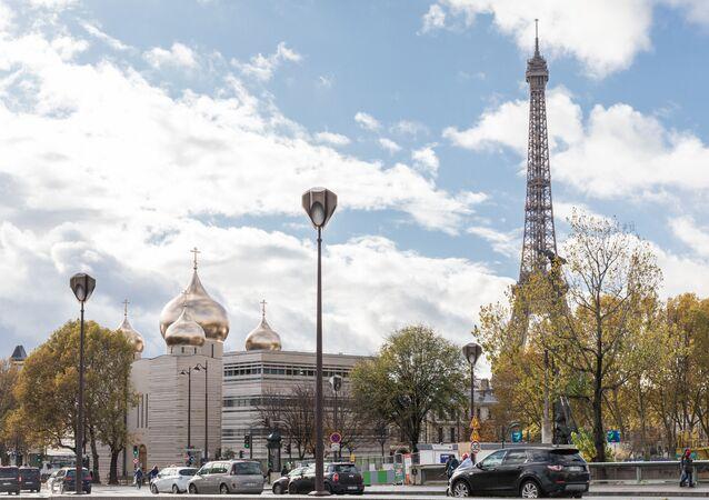 La tour Eiffel et la cathédrale de la Sainte-Trinité de Paris