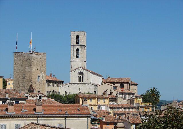 Vue de la vieille ville de Grasse avec son Donjon et sa cathédrale