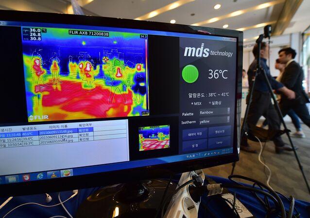 Une caméra thermique contrôle la température corporelle des passagers à l'aéroport de Séoul, Corée du Sud.