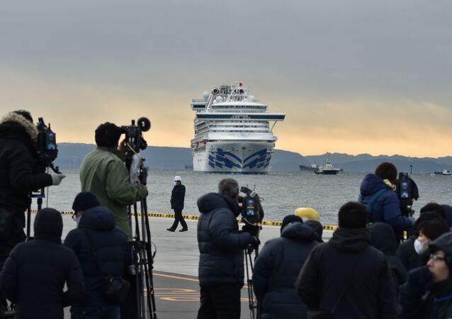 Photographes et correspondants sur fond de bateau de croisière Diamond Princes mis en quarantaine dans le port japonais de Yokohama