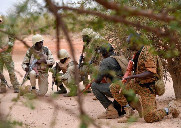 Entraînement de soldats burkinabè près de Ouagadougou.