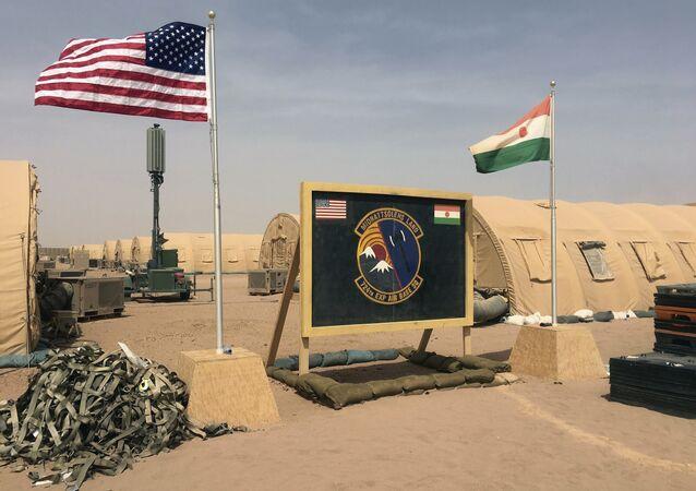 Les drapeaux américain et nigérien hissés côte à côte sur une base pour les forces aériennes soutenant la construction de la base aérienne nigérienne 201 à Agadez, au Niger.