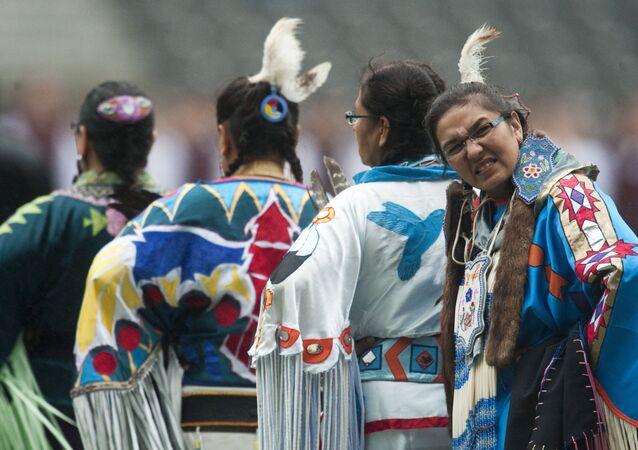 Des autochtones de la nation atikamekw attendent sous la pluie pendant le World Culture Festival de Berlin, le 2 juillet 2011.