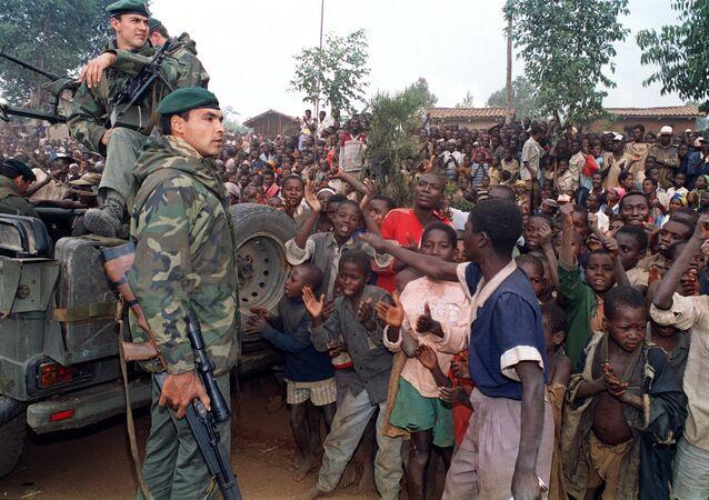 Des soldats français de l'opération Turquoise accueillis par des réfugiés hutus, le 3 juillet 1994, au Rwanda.