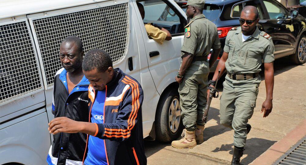 Des hommes arrêtés par la police au Cameroun.