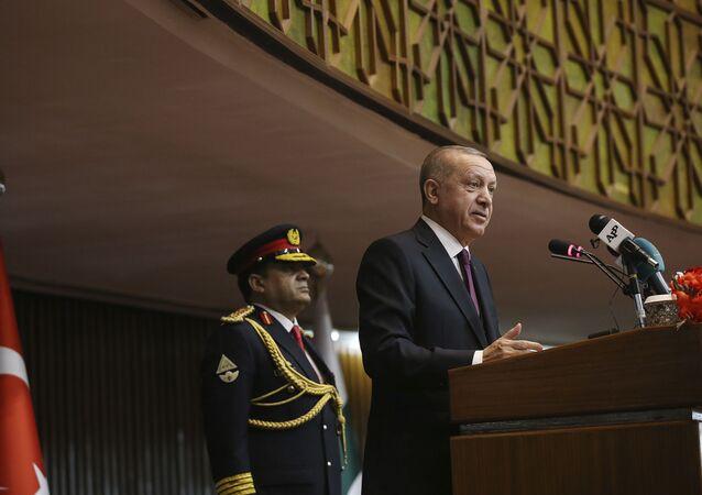 Le président turc Recep Tayyip Erdogan s'adresse au Parlement, à Islamabad, au Pakistan, le vendredi 14 février 2020. Erdogan est au Pakistan pour une visite d'État de deux jours (Service de presse présidentiel via AP, Pool).